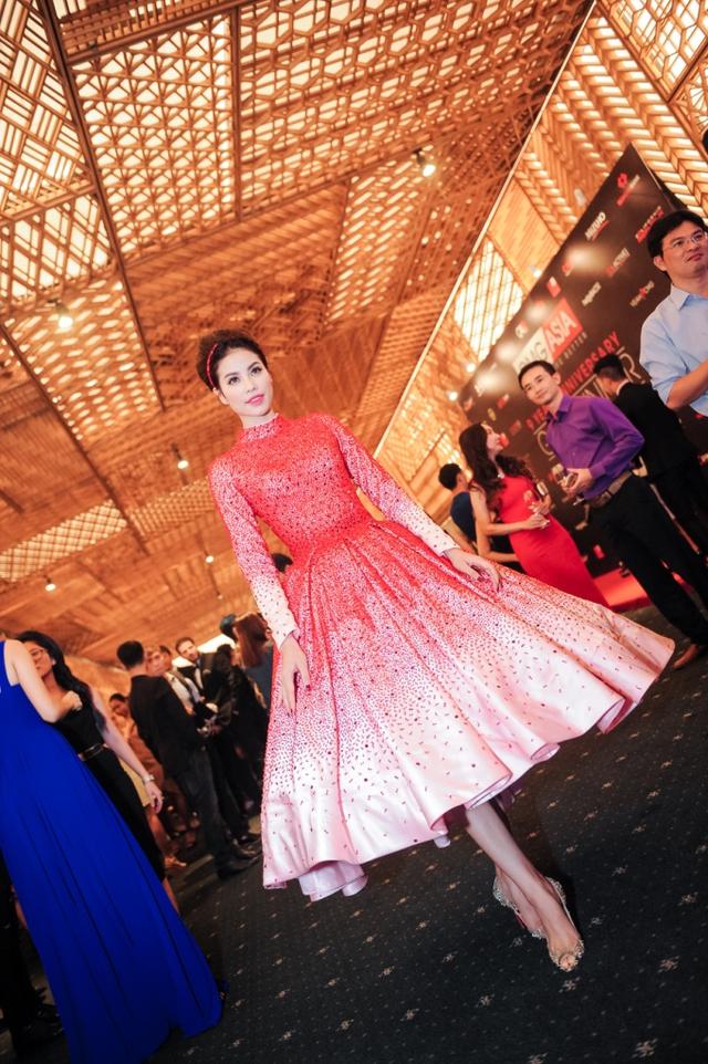 Phạm Hương xuất hiện trong một chiếc váy bồng bềnh được đính đá màu đỏ kỳ công. Trông cô lộng lẫy không khác gì một nàng công chúa bước ra từ trong truyện cổ tích.