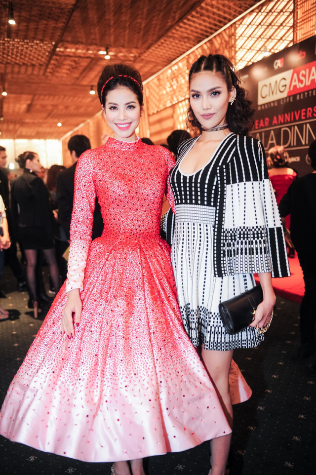 Trong khi đó, phần thân váy mà Phạm Hương diện không có phom đẹp mắt như vậy. Ngoài ra, phần tay không ôm sát cũng khiến cho bộ cánh kém phần tinh tế.