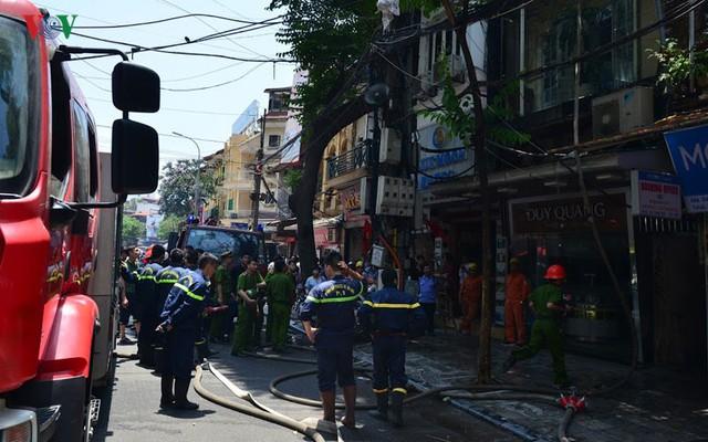 Lực lượng PCCC Hà Nội đã có mặt kịp thời dập tắt nhanh đám cháy. Ảnh VOV