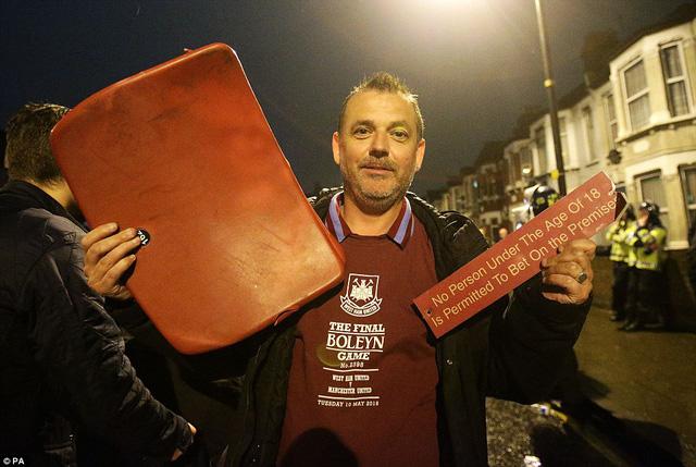 Để lưu lại kỷ niệm về sân bóng 112 năm tuổi, các CĐV West Ham lấy ghế ngồi mang về nhà.