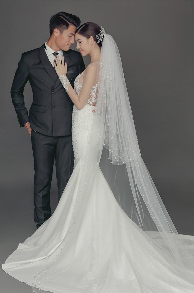 Được biết, những mẫu thiết kế được làm toàn bộ bằng vải ren cao cấp nhập từ Pháp và được hoàn thành trong 1 tháng để chuẩn bị cho ngày cưới