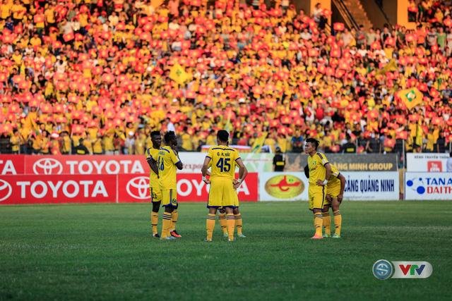 Các cầu thủ SLNA trước khi trận đấu bắt đầu.