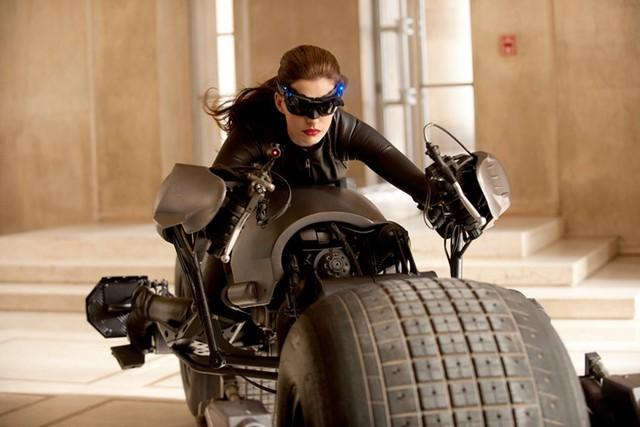 Anne Hathaway đảm nhận vai diễn Miêu nữ Selina Kyle trong tập cuối cùng của loạt phim nổi tiếng về Người Dơi mang tên The Dark Knight Rises. Những đường cong quyến rũ của Miêu nữ trong bộ đồ da bó sát khiến khán giả luôn phải trầm trồ.