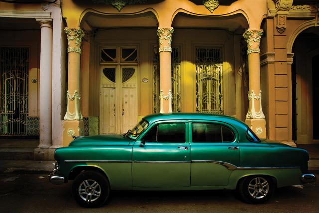 Một chiếc xe cổ đậu trước ngôi nhà trên phố Cardenas, một trong những phố cổ đáng nhớ ở Cuba