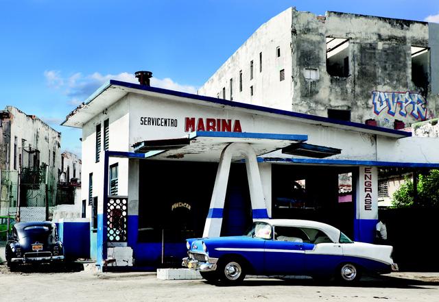 Một trạm xăng mang màu xanh nổi bật có từ những năm 1950 tại Havana