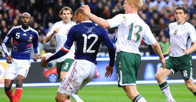 Pha chơi bóng bằng tay của Thierry Henry trong cuộc đối đầu với CH Ireland