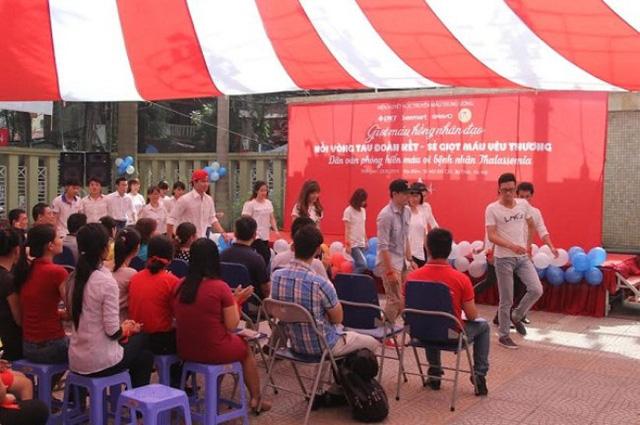 Hoạt động hiến máu tình nguyện của giới văn phòng năm 2015.
