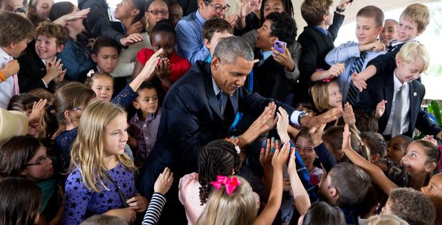 Tổng thống đập tay chiến thắng với em nhỏ