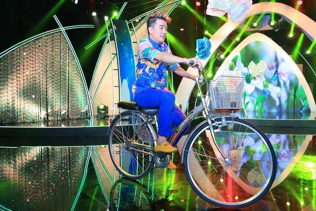 Ca sĩ Đàm Vĩnh Hưng mang xe đạp lên sân khấu Sol Vàng tháng 5