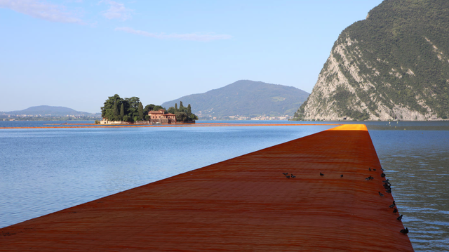 The Floating Piers sau khi được bọc bằng vải cam trên bề mặt (Ảnh: Wolfgang Voll)