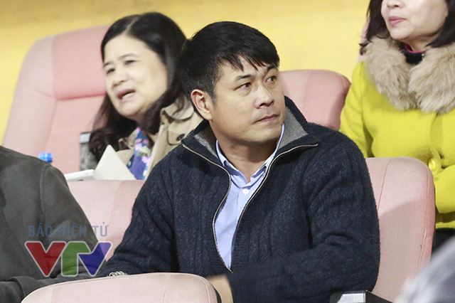 Khán đài sân Hàng Đẫy có một vị khán giả rất đặc biệt, đó chính là HLV Hữu Thắng - thuyền trưởng tương lai của ĐTQG Việt Nam