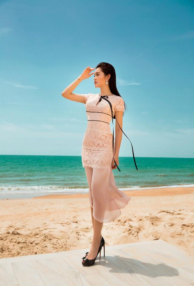 Ngoài gam màu trung tính, Á hậu Việt Nam còn giới thiệu xu hướng màu pastel nền nã. Trong ảnh, người đẹp diện set trang phục xanh nhã nhặn hợp thần thái nữ tính.