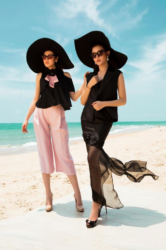 Huyền My sang trọng và huyền bí trong bộ váy voan mỏng, trong khi Tú Anh lịch thiệp với quần suông hồng nhạt và áo voan nữ tính.
