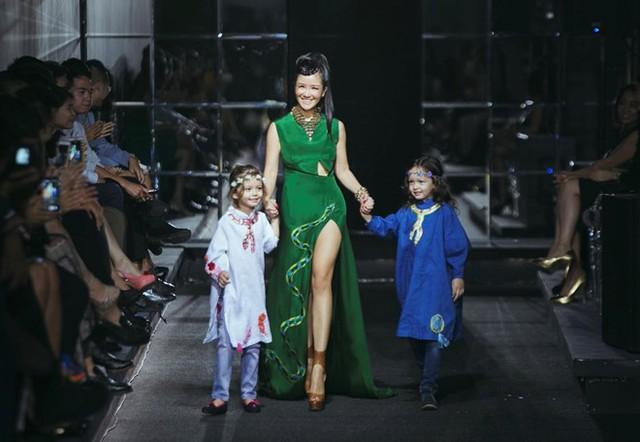 Tham gia sự kiện Việt Nam Designer Fashion Week 2016 ngày thứ 3, nhà thiết kế Hà Linh Thư giới thiệu bộ sưu tập Forbidden love - Bí ẩn vườn địa đàng. Điểm nhấn của show diễn là sự xuất hiện của ca sĩ Hồng Nhung và cặp song sinh trong vai trò vedette.