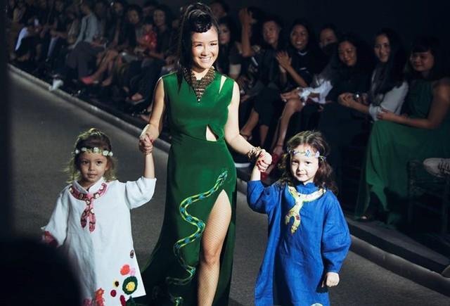 Bé Tôm và bé Tép sở hữu vẻ đẹp lai rất đáng yêu. Được trình diễn thời trang cùng mẹ, Tôm - Tép tỏ ra rất tự tin và vui vẻ.
