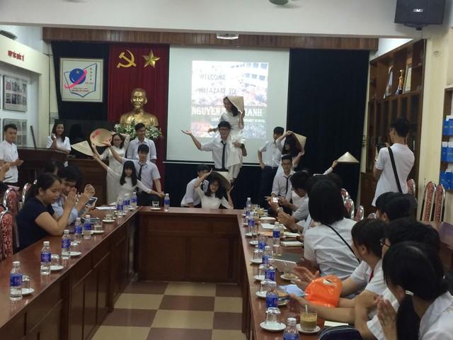 Học sinh trường Nguyễn Tất Thành biểu diễn văn nghệ