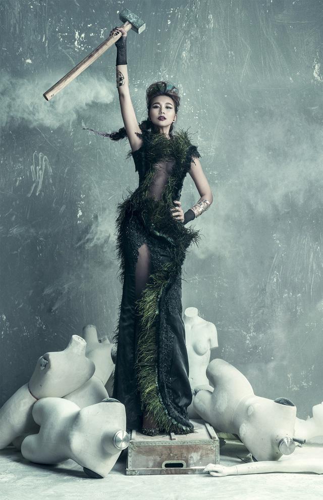 Thanh Hằng tạo dáng như nữ thần tự do