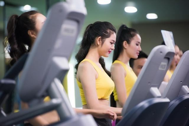Họ được trải nghiệm những dụng cụ tập luyện hiện đại như: máy chạy bộ, kéo cáp, squat cùng bóng tròn.