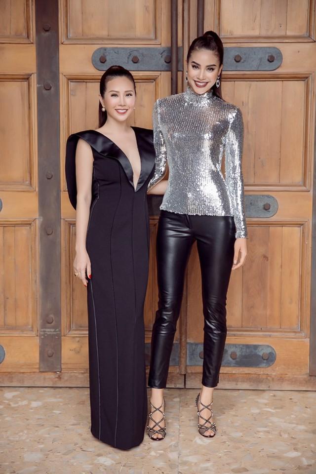 Xuất hiện trong buổi ghi hình, Hoa hậu Thu Hoài diện bộ đầm đen quý phái nhưng cũng không kém phần gợi cảm bởi chi tiết khoét cổ sâu.