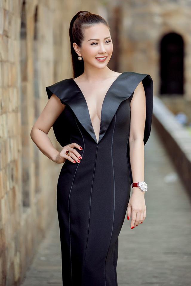 Hoa hậu Thu Hoài và các khách mời được tham gia chấm điểm phần thi trang phục áo cưới của các thí sinh đội Hà Hồ, Lan Khuê và Phạm Hương.
