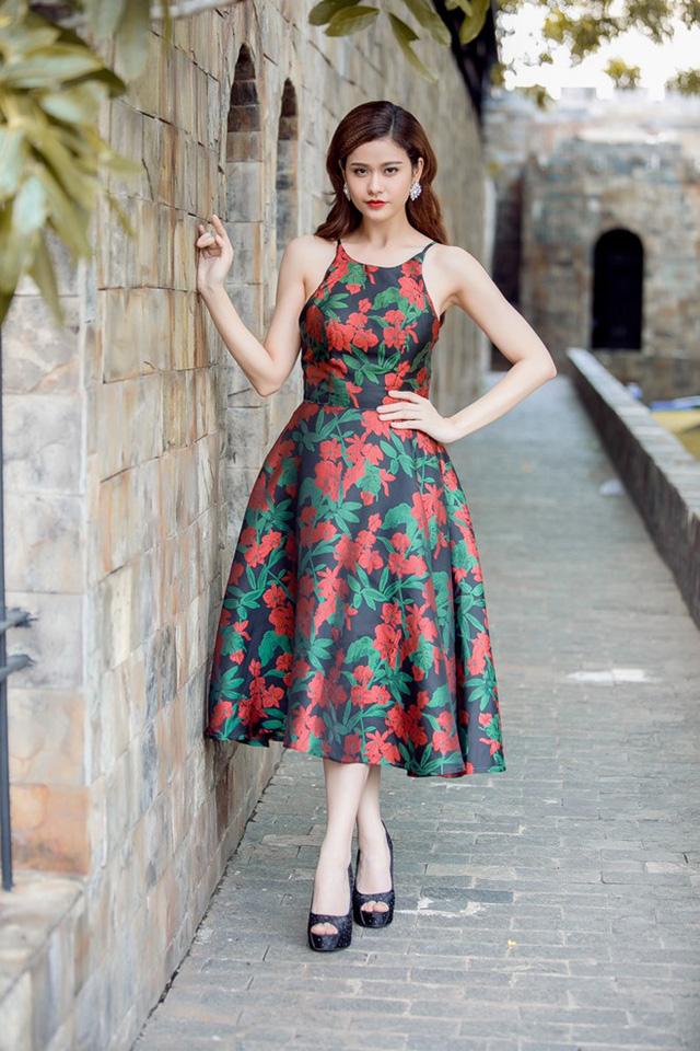 Trong khi đó, Trương Quỳnh Anh duyên dáng với váy họa tiết. Phom trang phục được cách điệu từ hình ảnh áo yếm.