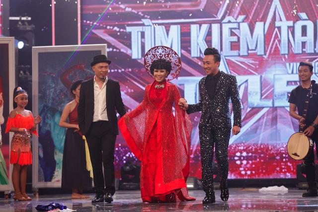 Bộ ba quyền lực Huy Tuấn - Việt Hương - Trấn Thành xuất hiện trong đêm Gala, trong đó Việt Hương diện thiết kế áo dài nổi bật của NTK Tăng Thành Công.