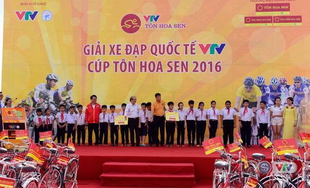 Tại buổi lễ, đại diện Tập đoàn Hoa Sen và Ban tổ chức đã trao tặng 20 xe đạp cho các em hiếu học của Đà Nẵng, đây là 20/120 chiếc xe đạp đoàn sẽ trao trên tổng lộ trình 10 chặng đua