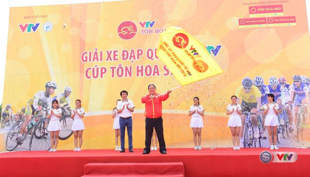 Ông Ngô Quang Vinh, Phó Chủ tịch Liên đoàn Mô tô – xe đạp thể thao Việt Nam nhận cờ điều hành giải đua từ Nhà báo Phan Ngọc Tiến, Trưởng ban Sản xuất các chương trình thể thao, Đài THVN, Trưởng ban tổ chức giải