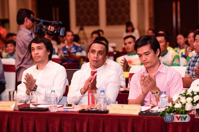 Nhà báo Phan Ngọc Tiến - Trưởng Ban Sản xuất các chương trình thể thao, Đài THVN (áo trắng, ngoài cùng bên trái) dự lễ công bố giải xe đạp Quốc tế VTV - Cúp Tôn Hoa Sen 2016.