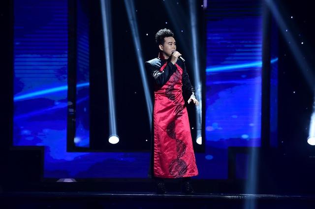 Huỳnh Thanh Vinh trình bày ca khúc Đôi mắt người xưa (Ngân Giang) và thuyết phục được 3 HLV lựa chọn.