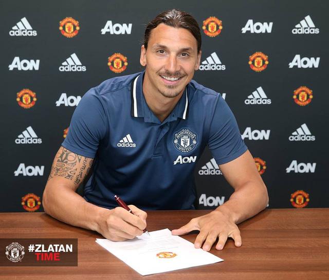 Ibra đặt bút ký vào bản hợp đồng có thời hạn 1 năm với Manchester United. Ảnh: Man Utd
