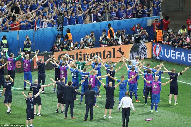 Cầu thủ Iceland chia sẻ niềm vui với NHM