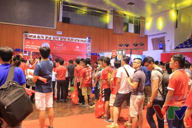 Tại đây, người hâm mộ không chỉ được theo dõi vòng đấu cuối cùng của Ngoại hạng Anh mà còn được tham gia các trò chơi, bốc thăm trúng thưởng tại gian hàng của nhà tài trợ