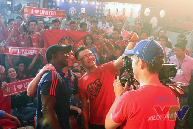 MC Đức Bảo rủ rê hai huyền thoại Man Utd cùng chụp ảnh welfie với các fan