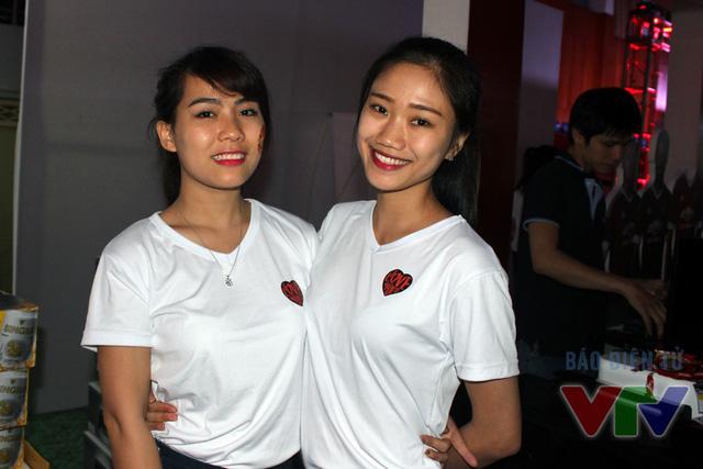 Hai fan nữ xinh khoe sắc trong ngày hội của CĐV Man Utd tại Việt Nam