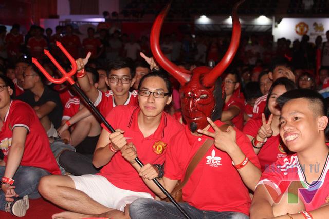 Một Quỷ đỏ chính hiệu với chiếc đinh ba mini tạo nên không khí vui vẻ cho buổi offline