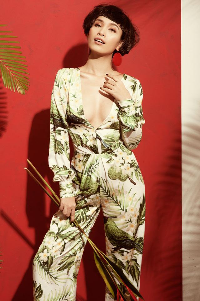 Bộ jumpsuit họa tiết nhiệt đới là lựa chọn phù hợp để diện trong những ngày hè. Thiết kế cổ khoét sâu càng làm tăng vẻ sexy của người mặc.