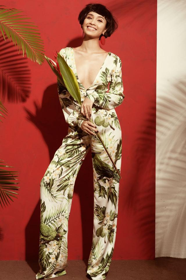Trong bộ ảnh thời trang mới thực hiện, Ái Phương bất ngờ lột xác phong cách. Nữ ca sĩ hóa thân thành cô gái nhiệt đới với mái tóc ngắn cá tính.