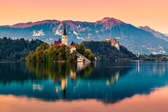 Làng Bled ở Slovania còn lưu giữ vẻ đẹp cổ điển và sở hữu quang cảnh núi non hữu tình.
