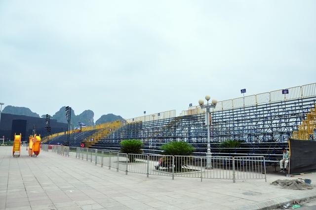 Khán đài hơn 7.000 chỗ ngồi phục vụ người dân và du khách theo dõi chương trình