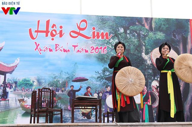Nhiều người tới Hội Lim để nghe các liền anh, liền chị hát câu quan họ giao duyên.