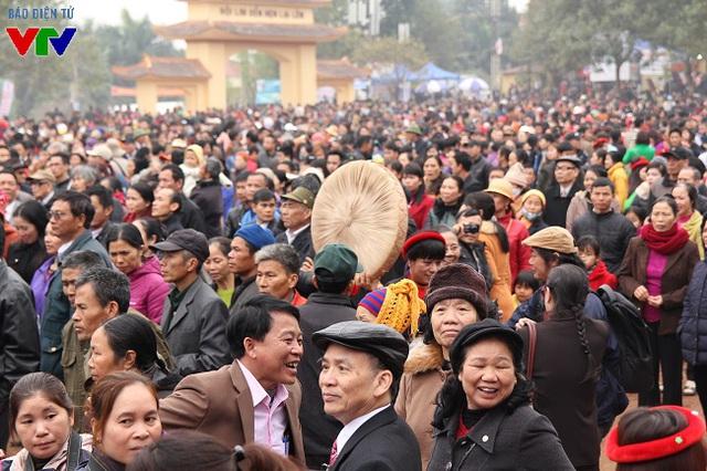 Sáng ngày 13 (chính hội), hàng nghìn người tập trung về thị trấn Lim để nghe hát, tham quan hay lễ chùa cầu may đầu năm mới. Khu vực trước sân khấu chính luôn đón một lượng du khách rất đông đổ về.