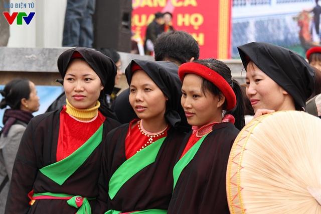Các liền chị xúng xính áo tứ thân, nón quai thao đi trẩy hội xuân và tham gia hát hội.
