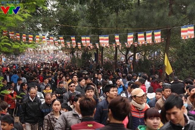 Không chỉ tới xem hội, du khách còn đến chùa Lim trên đồi - nơi thờ ông Hiếu Trung Hầu – người sáng lập tục hát quan họ để thắp hương và cầu một năm an lành, phúc lộc.