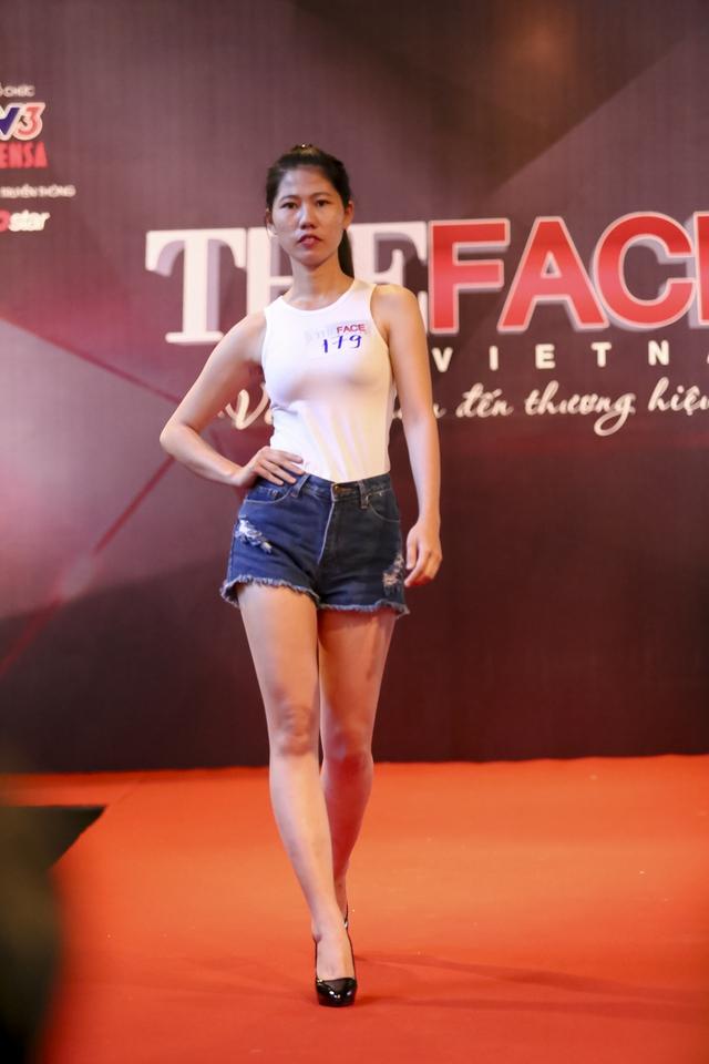 Các thí sinh lần lượt thể hiện khả năng trình diễn trước ban giám khảo. Khác với các chương trình tìm kiếm người mẫu hiện nay, The Face yêu cầu các cô gái cho thấy sự tự tin, tươi tắn và cuốn hút trước ống kính.