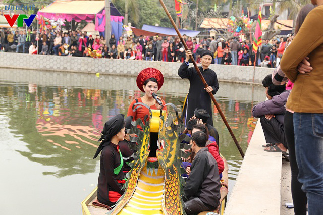 Trẩy Hội Lim, du khách không thể bỏ qua phần hát hội. Hội thi hát thường được tổ chức theo hình thức du thuyền hát quan họ.