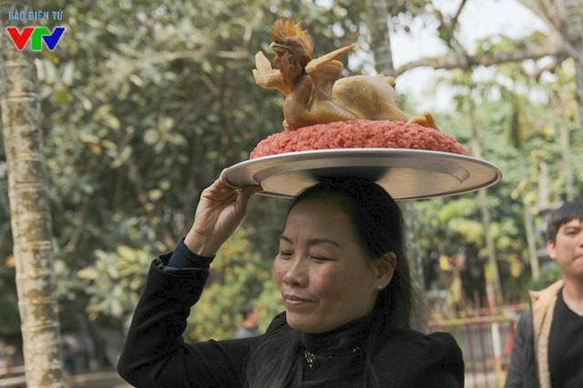 Do lượng khách tới làm lễ quá lớn, nhiều người phải đội đồ lễ lên đầu để lách qua đám đông dễ dàng hơn.