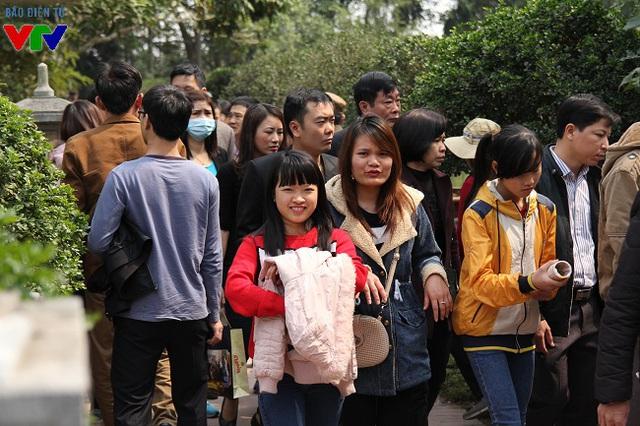 Năm nay, lễ khai ấn đền Trần diễn ra trong thời tiết khô ráo, dễ chịu nên lượng khách tới tham quan, lễ bái tăng đáng kể so với mọi năm.