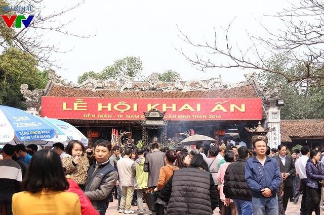 Ngay từ ngày 14 tháng Giêng (Âm lịch), khách thập phương đã đổ về đền Trần (Nam Định) để xin ấn đầu năm và dâng hương cầu tài lộc.