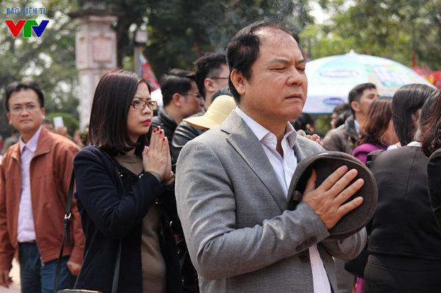 Du khách tới lễ hội khai ấn đền Trần đều thành tâm cầu một năm may mắn, tài lộc và suôn sẻ.